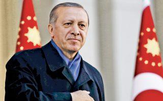 Ο Ταγίπ Ερντογάν απευθύνει χαιρετισμό στους οπαδούς του που έχουν συγκεντρωθεί γύρω από το προεδρικό μέγαρο της Αγκυρας, το βράδυ της Κυριακής, μετά την ανακοίνωση των αποτελεσμάτων του δημοψηφίσματος.