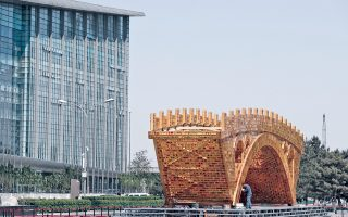 Προσωρινή κατασκευή που θα λειτουργεί ως πύλη της συνόδου τοποθετούν εργάτες έξω από το Εθνικό Συνεδριακό Κέντρο του Πεκίνου, ενόψει της συνόδου Belt and Road Forum for International Cooperation που θα πραγματοποιηθεί στα μέσα Μαΐου.