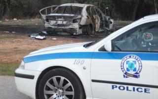Στο βάθος, το αυτοκίνητο με το οποίο διέφυγαν οι δράστες που είχαν εισβάλει στην εταιρεία αλλαντικών «Υφαντής».