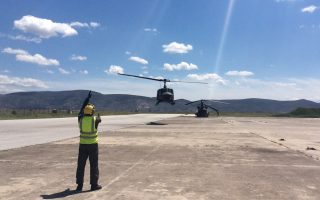 Ελικόπτερο τύπου «Χιούι» μεταφέρει τον υπουργό Αμυνας Πάνο Καμμένο πάνω από τον τόπο του δυστυχήματος.