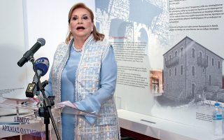 Quiz. Η φωτογραφία είναι, προφανώς, από τα εγκαίνια του Αρχοντικού Πετραλιά, κάπου στην Πελοπόννησο. (Πού αλλού;) Tο ερώτημα είναι ποια είναι η εικονιζόμενη κυρία. Επίσης, τι την έκανε να φορέσει το αμάνικο και μακρύ γιλέκο της παραδοσιακής στολής (κίνησε η Καραγκούνα κ.λπ.), έστω και σε βερσιόν υψηλής (υποτίθεται) ραπτικής.