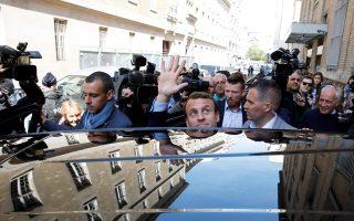 Ο 39χρονος Εμανουέλ Μακρόν χαιρετά το πλήθος, χθες στο Παρίσι.