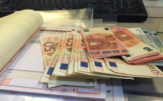 Στελέχη του υπουργείου Οικονομικών εκτιμούν ότι, μήνα με τον μήνα, τα ποσά από την παρακράτηση φόρου θα μειώνονται συνεπεία των υψηλών ασφαλιστικών εισφορών, αλλά και εξαιτίας της διακοπής εργασιών από 120.000 αυτοαπασχολουμένους.