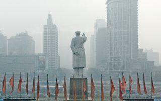 Ο Μάο ξεχωρίζει μέσα στην πυκνή κινεζική ομίχλη. Τον Μάιο του 1966 ο Μάο ενέκρινε μια μυστική εγκύκλιο που κήρυττε τον πόλεμο σε «όλους τους εκπροσώπους της μπουρζουαζίας» στο Κόμμα, στην κυβέρνηση, στον στρατό και σε «διάφορες σφαίρες του πολιτισμού».