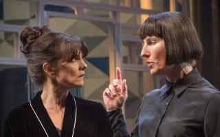 Η Nicky Wardley και η Tamsin Greig στη «Δωδέκατη νύχτα» του Σαίξπηρ.