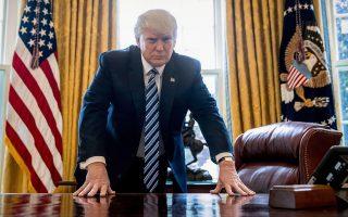 Το αποφασιστικό ύφος του Ντόναλντ Τραμπ στο Οβάλ Γραφείο του Λευκού Οίκου στις 21 Απριλίου διαψεύδεται από τα πεπραγμένα του νέου προέδρου, που συμπληρώνει αύριο τις πρώτες 100 ημέρες του στην προεδρία. Ο Τραμπ στο διάστημα αυτό –και σε αντίθεση με όλους τους προκατόχους του– δεν κατάφερε να προωθήσει κανένα σημαντικό νομοθέτημα, με τη μεταρρύθμιση του συστήματος περίθαλψης να έχει βαλτώσει εξαιτίας διαφωνιών από βουλευτές και την απαγόρευση εισόδου στις ΗΠΑ υπηκόων από αραβικές χώρες να έχει απορριφθεί ύστερα από δικαστικές προσφυγές. Μόνη επιτυχία του μπορεί να θεωρηθεί ο διορισμός Συντηρητικού ανώτατου δικαστή.