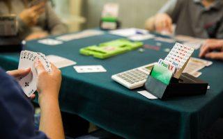 Σήμερα πολλοί νεαροί παίκτες στην Καλαμάτα παίζουν ισότιμα με τα ενήλικα μέλη του τοπικού ομίλου.