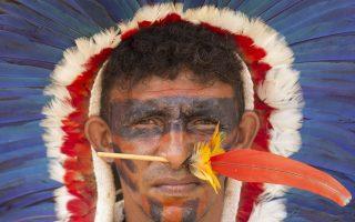 Χρώματα πολέμου. Για άλλη μια φορά εκατοντάδες ιθαγενείς διαδήλωσαν μπροστά από Κοινοβούλιο στην Brasilia. Αίτημά τους για άλλη μια φορά η ανακατανομή της γης που κάποτε ήταν δική τους.  EPA/Joédson Alves