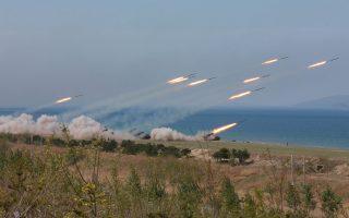 Επίδειξη για τα 85 χρόνια από την ίδρυση του στρατού της Β. Κορέας. Η πολεμική μηχανή της Πιονγιάνγκ ανησυχεί τη Δύση.