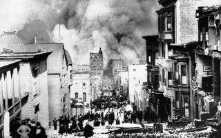 Το Σαν Φρασίσκο μετά τις τεράστιες καταστροφές που προκάλεσε ο σεισμός της 18ης Απριλίου 1906. Πάνω από 60.000 κτίρια καταστράφηκαν ολοσχερώς από τον σεισμό και τις πυρκαγιές που ακολούθησαν. (AP Photo/Arnold Genthe)