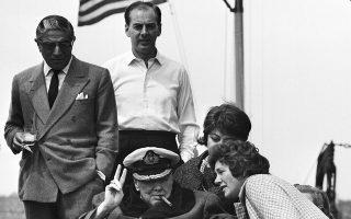 Ο Ουίνστον Τσόρτσιλ στο κατάστρωμα της θαλαμηγού «Χριστίνα» με τον Αριστοτέλη Ωνάση, χαιρετά τον κόσμο καθώς καταφθάνει στον ποταμό Χάτσον της Νέας Υόρκης, το 1961. (AP Photo)