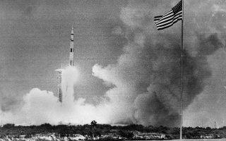 Ο γιγάντιος πύραυλος που μεταφέρει το διαστημόπλοιο Apollo 13 απογειώνεται από το ακρωτήριο Κένεντι, το 1970. (AP Photo)