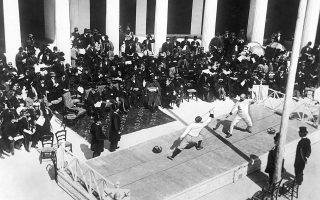 Μέλη της ελληνικής και της γαλλικής ομάδας ξιφασκίας, κατά τη διάρκεια αγώνα στο Ζάππειο, στους πρώτους σύγχρονους Ολυμπιακούς, το 1896. (AP Photo)