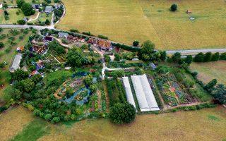 H βιολογική φάρμα του Μπεκ Αλουάν –ιδιοκτησίας της Περίν Ερβέ-Γκρουγέ και του συζύγου της Σαρλ– παράγει σήμερα πάνω από 800 ποικιλίες φρούτων και λαχανικών, σε μια έκταση μόλις χιλίων τετραγωνικών μέτρων.