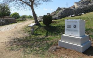 diorthothike-to-lathos-stin-epigrafi-ston-archaiologiko-choro-ton-filippon0