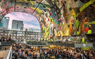 Το Markthal, έργο του αρχιτεκτονικού γραφείου MVRDV, στεγάζει την πρώτη κλειστή αγορά νωπών τροφίμων της Ολλανδίας. (Φωτογραφία: VISUALHELLAS.GR)