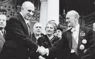 1964. Γ. Παπανδρέου και Π. Κανελλόπουλος ανταλλάσσουν χειραψία στη Μητρόπολη. Εχοντας συμπλεύσει στους δύσκολους καιρούς της δεκαετίας του 1940, και παρά το γεγονός ότι ηγούνταν αντίπαλων χώρων, κατέβαλαν μία ύστατη προσπάθεια για πολιτική συνεννόηση.
