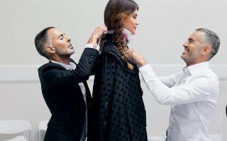 Μικρές, μεγάλες λεπτομέρειες. Ο Ντιν και ο Νταν Κάτεν με ένα μοντέλο στα παρασκήνια λίγο πριν από την έναρξη της ειδικής παρουσίασης. © Maria Markezi