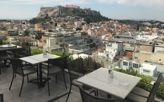 Η θέα προς την Ακρόπολη και την Πλάκα από το ρουφ γκάρντεν του Electra Metropolis Hotel.