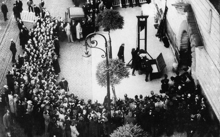 Η τελευταία δημόσια εκτέλεση με λαιμητόμο, που πραγματοποιήθηκε στο Παρίσι το 1939. Θα μπορούσε να είναι και σκηνή από διήγημα του Κάφκα.