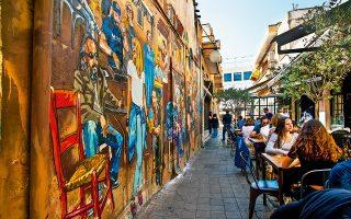 Μεσημέρι στην οδό Πύθωνος, ένα μικροσκοπικό στενό της παλιάς Λευκωσίας, που είναι γνωστό από το τεράστιο γκράφιτι που «φιλοξενεί». (Φωτογραφία: ΚΛΑΙΡΗ ΜΟΥΣΤΑΦΕΛΛΟΥ)