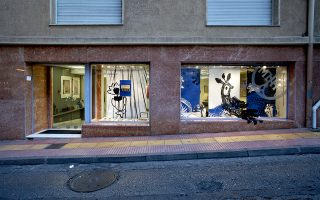 H διαμόρφωση της βιτρίνας από την ομάδα metοo του πωλητηρίου της Πινακοθήκης Ν. Χατζηκυριάκου-Γκίκα του Μουσείου Μπενάκη στο πλαίσιο των παρουσιάσεων «Η βιτρίνα της Κριεζώτου. Ενας καλλιτέχνης προτείνει».