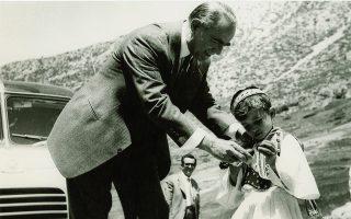 Ο Κωνσταντίνος Καραμανλής τσουγκρίζει με παιδάκι κατά την ιδιωτική παραμονή με τη σύζυγό του στους Δελφούς, 4 Μαΐου 1959 (συλλογή Αναστασίου Κανελλόπουλου/ Ιδρυμα «Κωνσταντίνος Γ. Καραμανλής»).