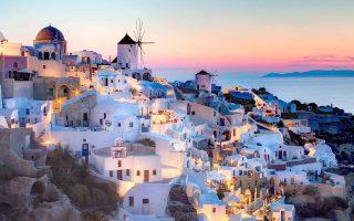 Ο Δήμος Θήρας επικεντρώνει τις προσπάθειές του στην εδραίωση της Σαντορίνης ως τουριστικού προορισμού 12 μηνών. Στο πλαίσιο αυτό εφαρμόζει το πρόγραμμα «Σαντορίνη όλο τον χρόνο», το οποίο μεταξύ άλλων περιλαμβάνει δράσεις (γαστρονομικές, αθλητικές κ.ά.).