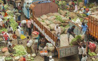 Το επισιτιστικό είναι μείζον πρόβλημα στην Ινδία του ενός δισ. ανθρώπων.