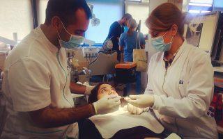 Στις κλινικές της σχολής λειτουργούν 220 αυτόνομες οδοντιατρικές μονάδες. Σε αυτές, οι προπτυχιακοί και οι μεταπτυχιακοί φοιτητές ασκούνται καθημερινά σε μια σειρά οδοντιατρικών πράξεων υπό την αυστηρή επίβλεψη των καθηγητών τους.