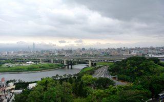 Η οργιώδης βλάστηση «χρωματίζει» το γκρίζο τοπίο της πρωτεύουσας Ταϊπέι στη μακρινή Ταϊβάν, η οποία ψάχνει την ταυτότητά της ανάμεσα σε Ανατολή και Δύση.