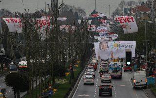 Δρόμος της Κωνσταντινούπολης με πανό του «Ναι» και του «Οχι». Τα μεγάλα προβλήματα του προέδρου Ερντογάν εντοπίζονται στη δυτική και στη νότια Τουρκία.