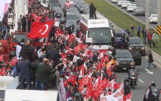 Οι ψηφοφόροι υποδέχονται τον Ερντογάν