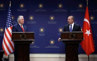 O νέος υπουργός Εξωτερικών των ΗΠΑ Ρεξ Τίλερσον με τον Τούρκο ομόλογό του Μεβλούτ Τσαβούσογλου σε συνέντευξη Τύπου στην Αγκυρα. Στο τέλος της επίσκεψης, οι δύο πλευρές εξακολουθούσαν να διαφωνούν σε αρκετά ζητήματα.