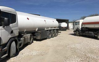 Στην έδρα-αποθήκη βρέθηκαν χιλιάδες λίτρα διαλύτη, καθώς και παράνομη εγκατάσταση εμφιάλωσης υγραερίου.