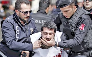 Τούρκοι αστυνομικοί συλλαμβάνουν διαδηλωτή στην πλατεία Ταξίμ της Πόλης, μετά την απαγόρευση των διαδηλώσεων στο σημείο αυτό.