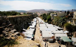 O καταυλισμός στη Σούδα της Χίου. Η παραμονή χιλιάδων προσφύγων και μεταναστών στο νησί επί πολλούς μήνες έχει δημιουργήσει σημαντικά προβλήματα στην καθημερινότητα των κατοίκων του νησιού.