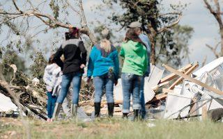 Επόπτευση των ζημιών που προκάλεσαν οι ανεμοστρόβιλοι στην πόλη Εμορι του Τέξας.
