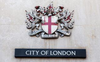 Η στάση της Ευρωπαϊκής Επιτροπής ενδέχεται να προκαλέσει μεγάλη αναστάτωση στο Λονδίνο, δεδομένου ότι το μεγαλύτερο μέρος των συναλλαγών λαμβάνει χώρα στην πρωτεύουσα της Βρετανίας, η οποία αναμένεται να χάσει κάτι από την οικονομική της αίγλη.
