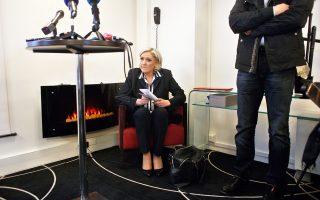 Η Μαρίν Λεπέν περιμένει να ανέβει στο βήμα συνεδρίου για τη σχέση Αφρικής - Γαλλίας, την Τρίτη, στο Παρίσι.