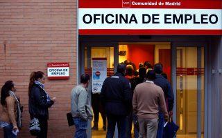 Ουρά ανέργων σε γραφείο εύρεσης εργασίας στη Μαδρίτη. Σχεδόν το 80% των νέων Ισπανών αναγκάζεται να παραμένει στο πατρικό του σπίτι και να ζει με τους γονείς του, καθώς δεν μπορεί να τα βγάλει πέρα...