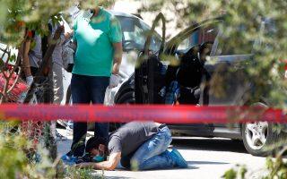 Ο Βασίλης Γρίβας δολοφονήθηκε λίγο μετά τις 8 χθες το πρωί, μπροστά στα μάτια του 11χρονου γιου του, έξω από το Δημοτικό Σχολείο Γλυκών Νερών. Απόπειρα δολοφονίας του είχε γίνει και το 2003.
