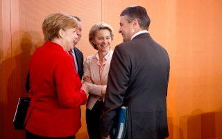 Η κ. Φον ντερ Λάιεν με την Αγκελα Μέρκελ και τον Ζίγκμαρ Γκάμπριελ σε χθεσινή συνεδρίαση.