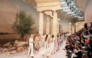 «Αναπαραστάσεις» από τον Παρθενώνα και τον Ναό του Ποσειδώνα στο Σούνιο, άμμος και ελαιόδενδρα χρησιμοποιήθηκαν για το 15λεπτο σόου του Καρλ Λάγκερφελντ για τον οίκο Chanel, που έγινε στο Grand Palais στο Παρίσι. «Η δική μου Ελλάδα είναι μια ιδέα», είπε μεταξύ άλλων ο πολυμαθής Λάγκερφελντ για την «ελληνική» κολεξιόν του με τίτλο «Ο μοντερνισμός της αρχαιότητας», στην οποία ξεχώρισαν μοτίβα από αμφορείς, χρυσές λεπτομέρειες σε ρούχα και μαλλιά, αλλά και ψηλοτάκουνα σανδάλια.