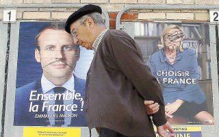 Θύματα του μαρκαδόρου οι αφίσες του Εμανουέλ Μακρόν και της Μαρίν Λεπέν, φιγουράρουν σε τοίχο του Σεν Ζαν ντε Λιζ.