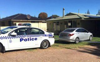 Οχημα της αστυνομίας στο σπίτι όπου βρέθηκαν οι σοροί των παιδιών, στη βόρεια Αυστραλία το 2014.