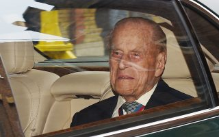 Τα επίσημα καθήκοντά του θα εγκαταλείψει το φθινόπωρο ο 95χρονος σύζυγος της βασίλισσας Ελισάβετ της Αγγλίας, πρίγκιπας Φίλιππος. Γιος της Αλίκης του Μπάτενμπεργκ και του πρίγκιπα Ανδρέα, υιού του βασιλέα Γεωργίου Α΄, ο γεννημένος στην Κέρκυρα και βαπτισμένος ορθόδοξος Φίλιππος διακρίθηκε για τον χειμαρρώδη λόγο και την ιδιορρυθμία του, φέρνοντας συχνά τα ανάκτορα του Μπάκιγχμαμ σε ιδιαίτερα δύσκολη θέση.