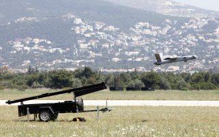 Ενα από τα εννέα μη επανδρωμένα αεροσκάφη (drones) της Αστυνομίας και της Πυροσβεστικής στην επίσημη «πρώτη» τους, χθες το μεσημέρι, στην αεροπορική βάση στο Τατόι. Αρχικά, θα χρησιμοποιηθούν στην επιτήρηση δασών και στη διαχείριση της κυκλοφορίας και στη συνέχεια στην επιτήρηση συνόρων, κατά του οργανωμένου εγκλήματος και της τρομοκρατίας.