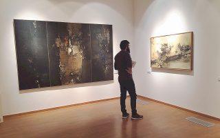 Ενας θεατής της έκθεσης «Διάλογος με το Αόρατο» προσπαθεί να αποκωδικοποιήσει τα έργα του Σπυρόπουλου.