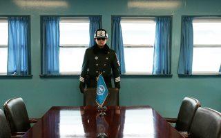 Νοτιοκορεάτης στρατιώτης, στην αίθουσα της Επιτροπής Εκεχειρίας στο χωριό Πανμουντζόν, στα σύνορα μεταξύ Νότιας και Βόρειας Κορέας.